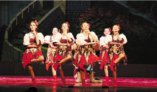 """图为7月18日晚俄罗斯少儿杂技歌舞团在""""周末剧场""""演出. 徐可良"""