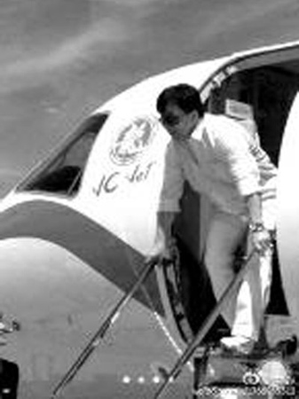成龙乘私人飞机来开演唱会 空姐自己雇 图