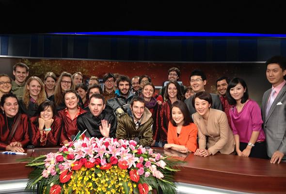 表参观浙江卫视演播室与主持人留影-3D版 中国好声音 亮相第七届中