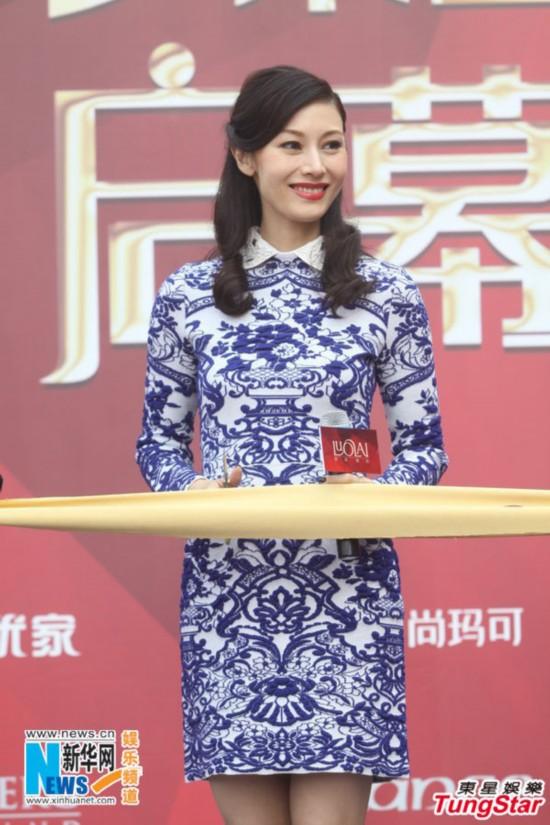 李嘉欣青花瓷旗袍装亮相 中国风装扮展优雅图
