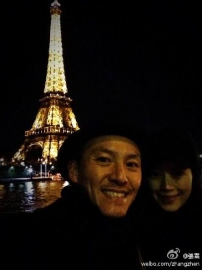 张震夫妇巴黎铁塔下留影 浪漫幸福(图)