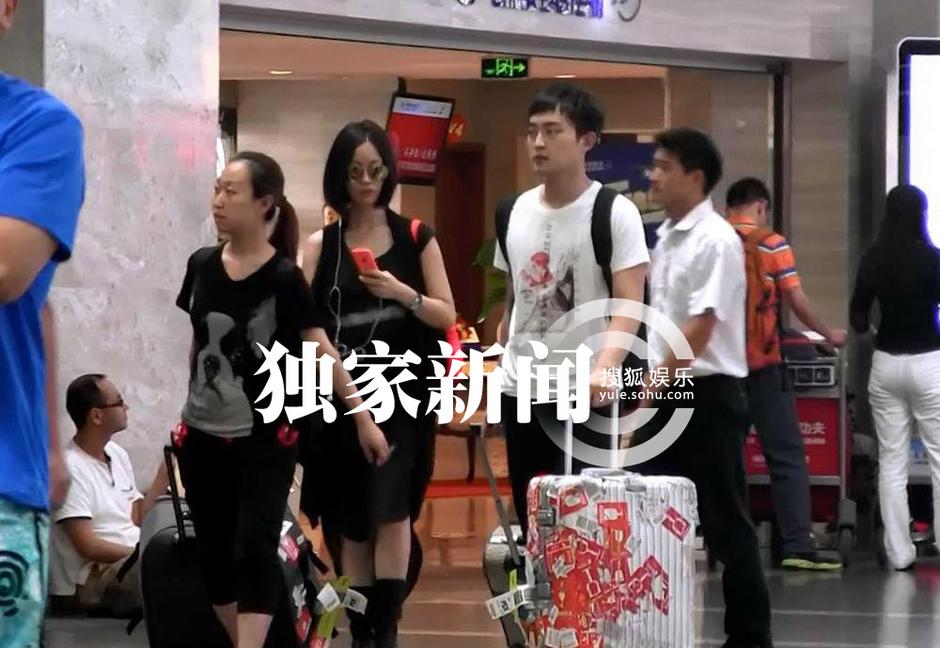 搜狐娱乐讯 (风行工作室/图文)日前某天下午,搜狐视频在首都机场撞见好声音歌手姚贝娜,从外地返回北京。当天,姚贝娜身穿一条黑色吊带裙,外面搭一件不规则剪裁的长款马甲,脚踩一双黑色长靴,走起路来裙角飞脚,十足侠女风范。 走出闸口后,姚贝娜一边聊着语音,一边跟在助理身边朝机场出口走去。虽然当天姚贝娜戴着一副超大的墨镜遮脸,但近看之下,搜狐视频还是发现素颜的姚贝娜脸色暗黄,下巴和鼻子上还留有痘印十分明显,皮肤看上去未免有些粗糙,但姚贝娜却似乎并不介意,神情轻松自信,一路走向机场外停靠的座驾,与工作人员一道,