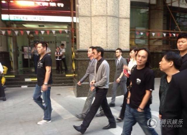 谢霆锋上海开酒吧老板架势十足 看场地似拍电影 图图片