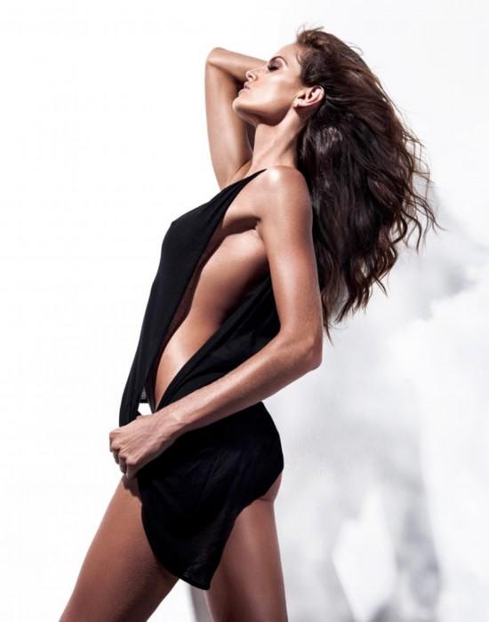 维秘超模伊莎贝儿半裸登《GQ》封面