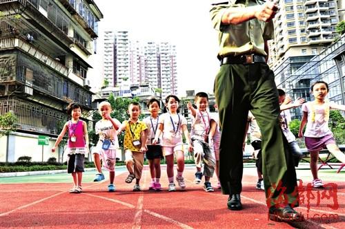 第一次学齐步走,同学们乱成一锅粥,有几个孩子还