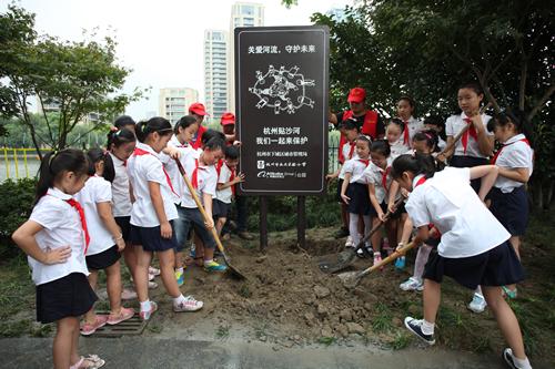 """保护""""水未来""""开学首日小学生保护河流"""