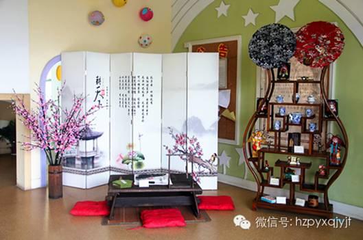 将家里的珍藏的字画拿到幼儿园来装饰环境.图片