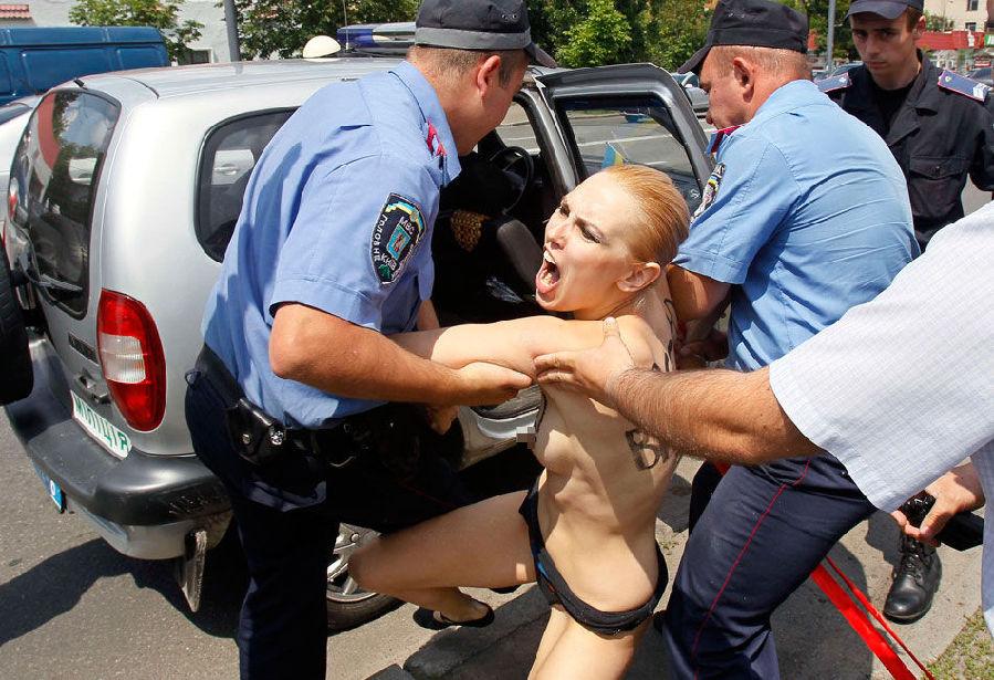 组图:Femen成员裸身向普京抗议离婚