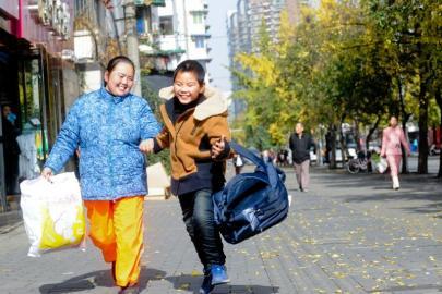 """穿新衣服背新书包 11岁""""扫地娃""""今天上学啦!"""