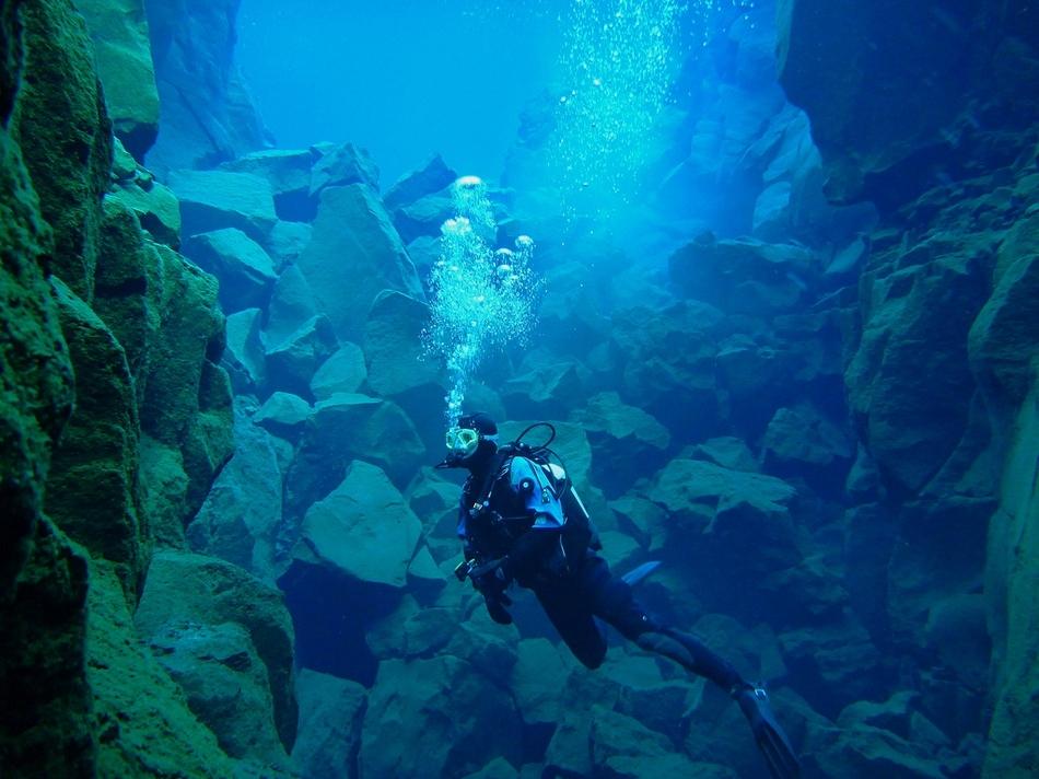 镜头记录冰岛大裂谷湖底美景:地球最美伤疤