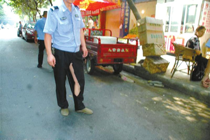 高清:四川南充一女商贩当街撕烂男城管裤子