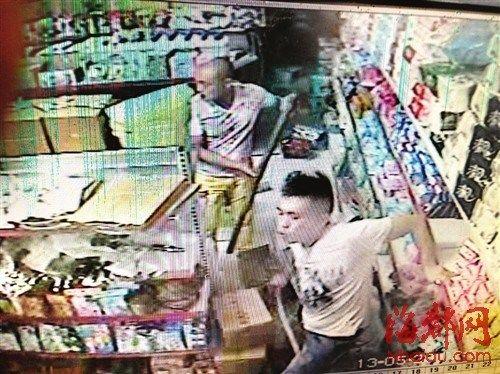 超市 视频/白衣男子和同伙打砸超市(监控视频截图)