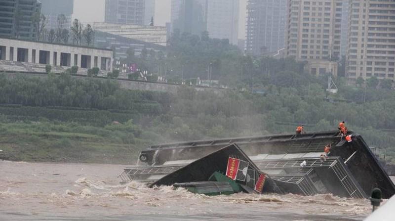 """7月1日上午,重庆朝天门5码头趸船""""洋人街5号""""缆绳突然断裂,船体图片"""