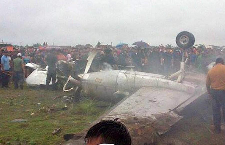 当地时间11月3日,玻利维亚利贝拉尔塔市,人们聚集在飞机坠毁现场。据报道,玻利维亚东北部贝尼省利贝拉尔塔市机场3日发生一起飞机爆炸事件,造成8人死亡、10人受伤。消息说,一架SA227双引擎飞机3日下午从贝尼省特立尼达市起飞,在利贝拉尔塔市机场着陆时爆炸起火,当场造成8人死亡、10人受伤。利贝拉尔塔市医院院长哈梅卡洛斯说,受伤者中两人为重伤员。