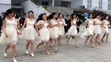 安徽高校學子穿婚紗拍創意畢業照
