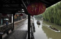 秀洲:雨中清污 治水不懈怠