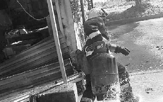 消防員抱出吐著火舌的煤氣罐 上次救火他也抱出4個