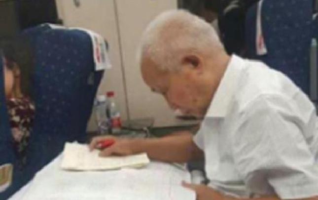 78歲院士二等座上仍筆耕不輟