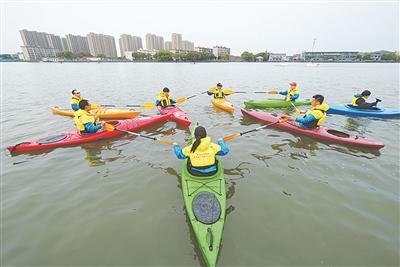 体育志愿者参与治水