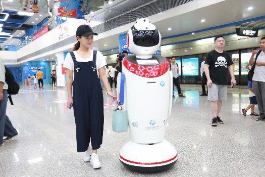 智能机器人亮相宁波地铁
