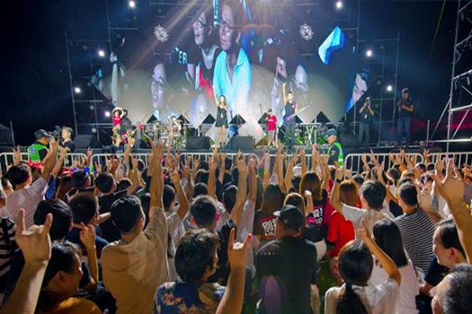 宁海: 山顶千人音乐盛会 上演浪漫激情之夜