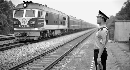 坚守铁轨边的党支部:每天守护128趟列车安全通过