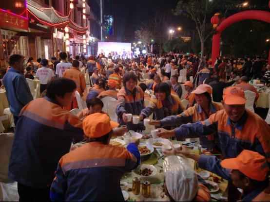 宁波一企业爱心人士宴请300名环卫工人过节