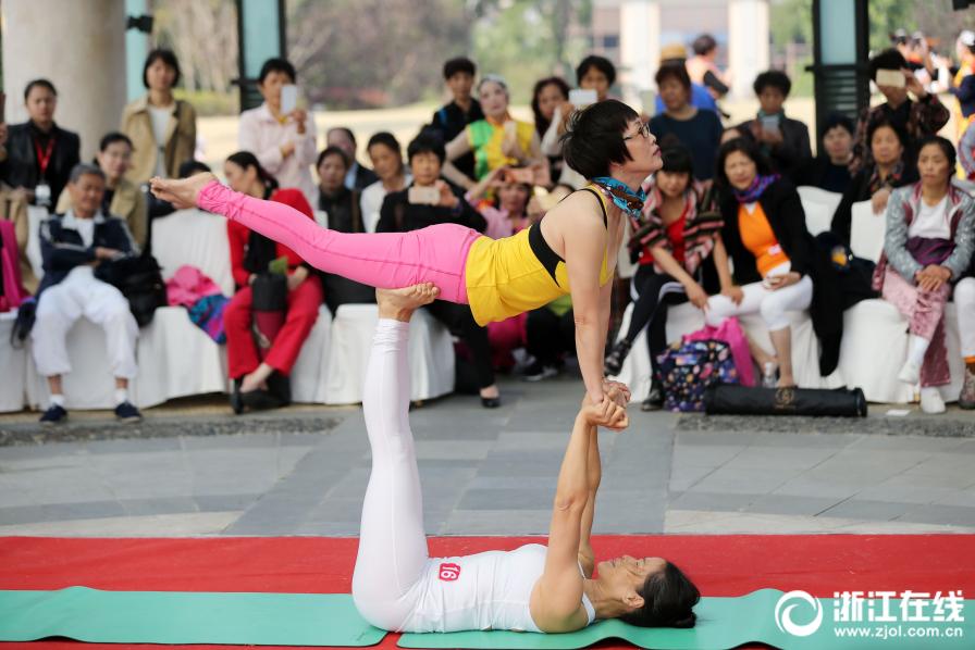 九龙湖瑜伽大会 老人也疯狂