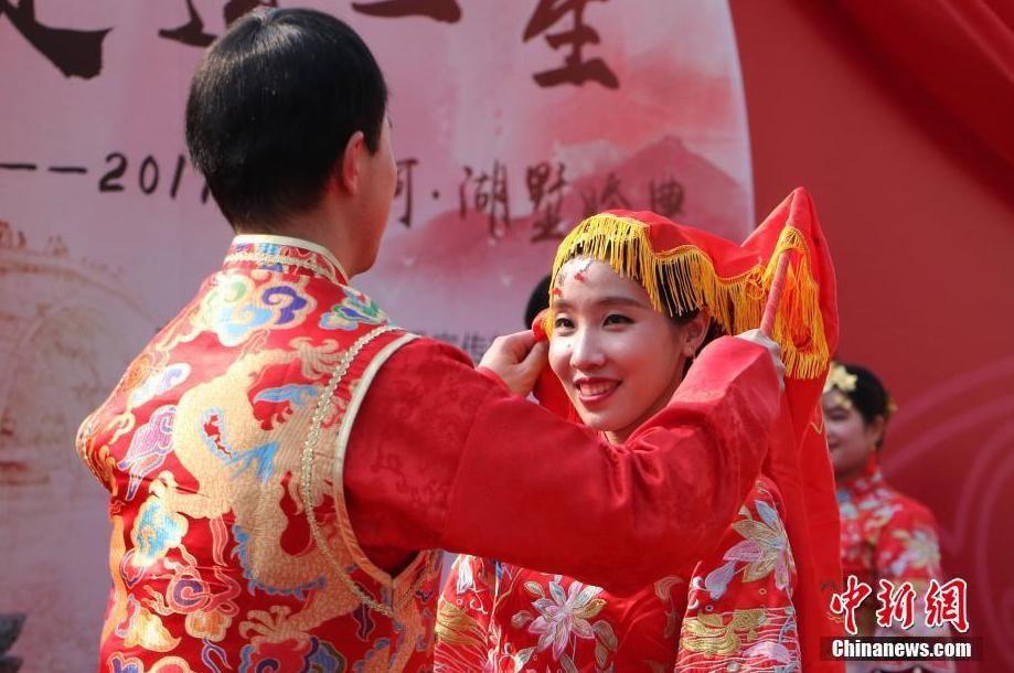 杭州新人运河畔情定终身 传统婚俗彰显独特魅力