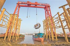 三官堂大桥首段钢桁梁开始安装