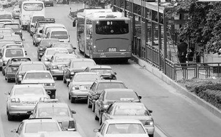 公交车司机霸气停车,背起老人过马路