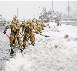 """驻湖州某部300余名官兵清扫积雪 为老百姓打通回家的""""绿色通道"""""""
