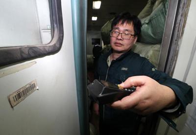 杭州邮政押运员:大家回家来,我们出门去