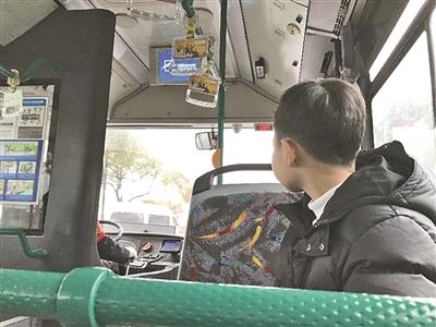 14岁的他 在公交车上陪父亲过节