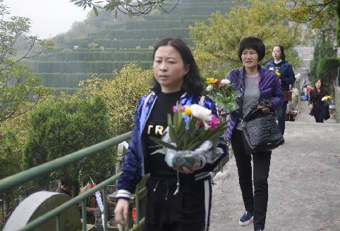舟山:鲜花祭扫成文明新风