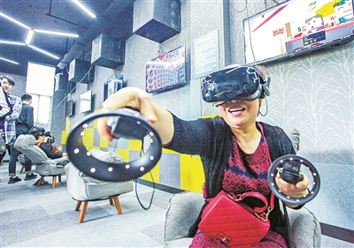 VR进社区 老人乐开怀