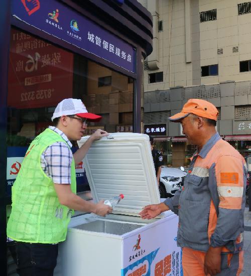 """宁波:街头""""爱心冰箱"""" 免费为一线劳动者送清凉"""