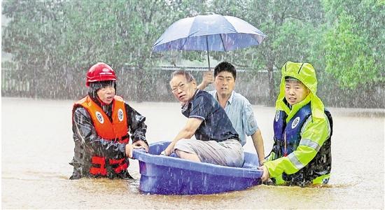 """台风""""山竹""""外围影响我省宁波湖州等地 干群合力迎击暴雨"""
