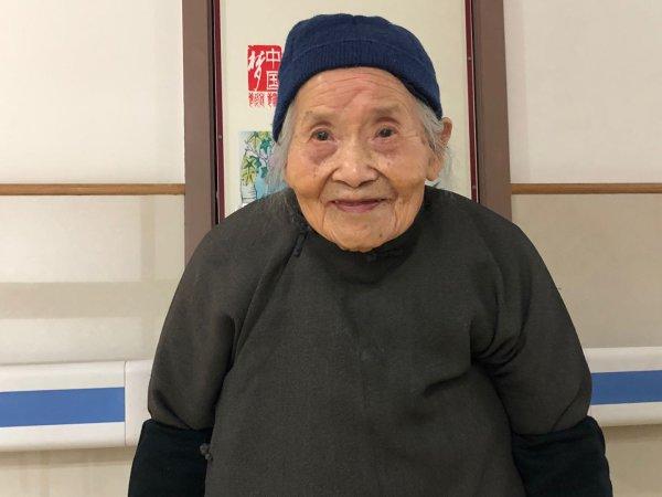 """年轻时能""""文""""会""""武"""" 桐乡百岁老太的幸福生活"""
