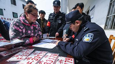"""浙江湖州:""""驻村服务""""为村民开通上牌绿色通道"""