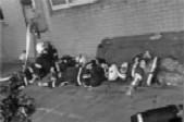 致敬消防员!扑救14小时,救出4名被困人员 累了一夜的他们,倒地睡在马路边