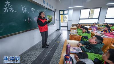 """青年党员志愿者开展""""文明祭扫 森林防火""""活动"""
