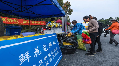 """浙江湖州:志愿者倡导""""清明""""文明祭扫"""