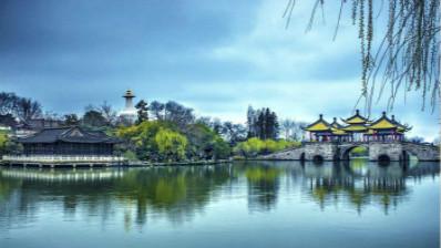 《黄鹤楼送孟浩然之广陵》:烟花三月下扬州