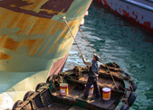 """浙江台州温岭市石塘渔港:工人们给渔船""""换妆"""""""