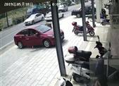 浙江衢州柯城區:七旬老人路上突然暈倒 眾人合力相救