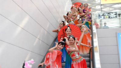 张家界千古情演员杭州机场玩快闪