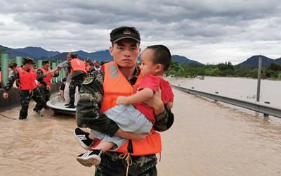 """武警官兵紧急投入抗击""""利奇马""""台风救援一线"""