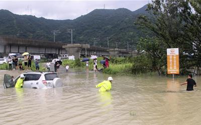 浙江:台风来袭 组织救援