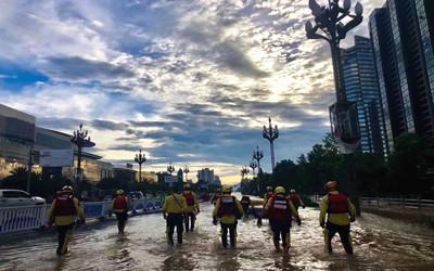 临海1分钟!洪水围城下的救援